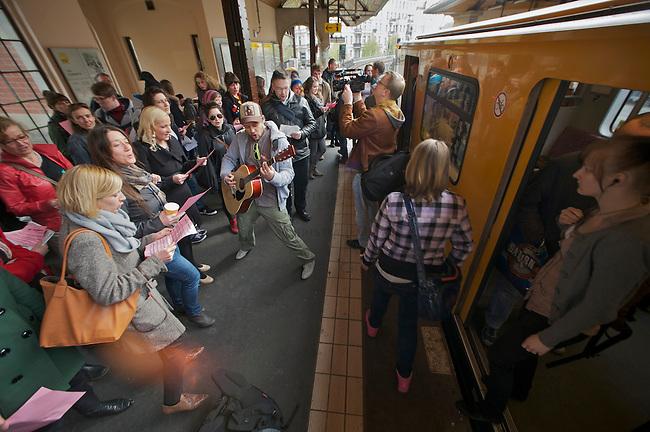 Mit einem Flash Mob machten am Mittwoch den 25. April 2012 mehrer dutzend Unterstuerzer des Grips-Theaters auf die drohnde Schliessung des freien Theaters aufmerksam. Sie versammelten sich auf dem Bahnsteig des U-Bahnhof Schlesisches Tor der Linie 1 und sangen den Titelsong aus dem Theaterstueck Linie 1. Das Theaterstueck Linie 1 ist das wohl bekannteste Theaterstueck des Grips-Theaters. Es wurde verfilmt und weltweit aufgefuehrt.<br />25.4.2012, Berlin<br />Copyright: Christian-Ditsch.de<br />[Inhaltsveraendernde Manipulation des Fotos nur nach ausdruecklicher Genehmigung des Fotografen. Vereinbarungen ueber Abtretung von Persoenlichkeitsrechten/Model Release der abgebildeten Person/Personen liegen nicht vor. NO MODEL RELEASE! Don't publish without copyright Christian-Ditsch.de, Veroeffentlichung nur mit Fotografennennung, sowie gegen Honorar, MwSt. und Beleg. Konto:, I N G - D i B a, IBAN DE58500105175400192269, BIC INGDDEFFXXX, Kontakt: post@christian-ditsch.de.<br />Urhebervermerk wird gemaess Paragraph 13 UHG verlangt.]