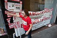 ATENCAO EDITOR IMAGEM EMBARGADA PARA VEICULOS INTERNACIONAIS  - SAO PAULO, SP , 18/09/2012 - GREVE BANCARIOS SP. - Os bancários de todo o País entraram em greve por tempo indeterminado a partir de hoje 18. As reivindicações dos trabalhadores, que pedem 10,25%, sendo 5,0% de aumento real. Além do reajuste salarial, os trabalhadores pleiteiam mudanças na participação nos lucros e resultados (PLR). Na foto AGENCIA DO BANCO DO BRASIL NA RUA LIBERO BADARO, CENTRO SP<br /> FOTO VAGNER CAMPOS / BRAZIL PHOTO PRESS
