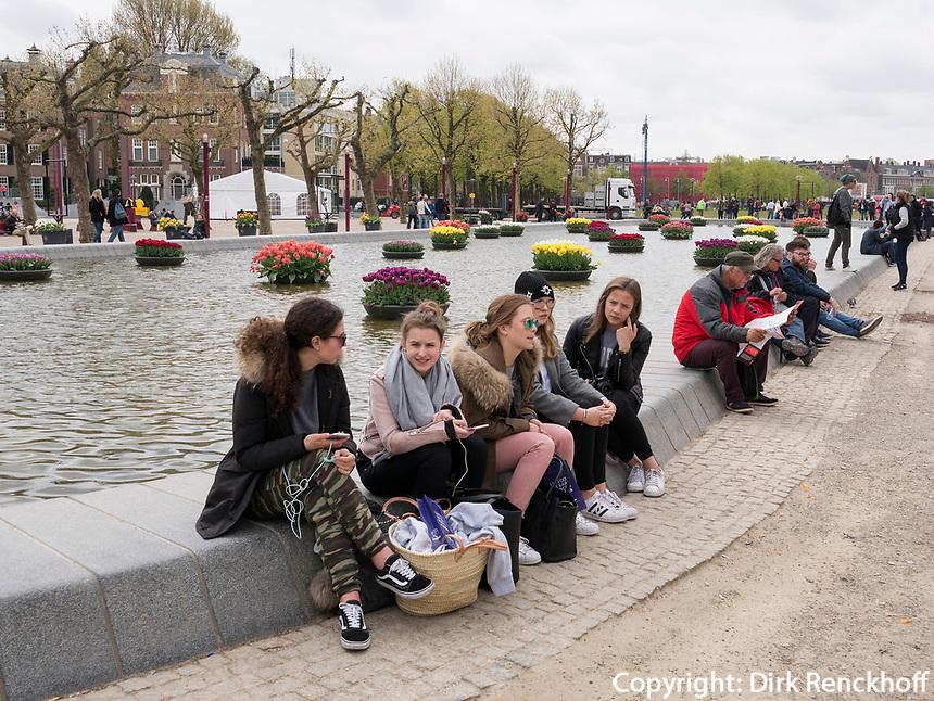 Touristen beim Van Gogh Museum Paulus Potterstraat 7, Amsterdam, Provinz Nordholland, Niederlande<br /> Tourists near Van Gogh Museum, Amsterdam, Province North Holland, Netherlands