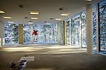 BILTHOVEN - In de bossen bij Bilthoven wordt de laatste hand gelegd aan het door BAM Utiliteitsbouw gebouwde Helen Dowling Instituut. In het transparante, door architectenbureau KOW uit Den Haag ontworpen gebouw zal psychologische zorg aan kankerpatiënten en hun familie worden geboden en scholing aan zorg- en hulpverleners in de oncologie worden verzorgd. Het gebouw krijgt een mos sedum dak en een parkeergarage op de begane grond. Als het pand is gebruik wordt genomen zal het bestaande gebouw, de oude bloedbank in Utrecht, gesloopt worden. COPYRIGHT TON BORSBOOM