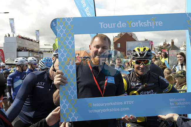 Race organiser Gary Verity with defending Champion Thomas Voeckler (FRA) Direct Energie at sign on before the start of Stage 1 of the Tour de Yorkshire 2017 running 174km from Bridlington to Scarborough, England. 28th April 2017. <br /> Picture: ASO/P.Ballet | Cyclefile<br /> <br /> <br /> All photos usage must carry mandatory copyright credit (&copy; Cyclefile | ASO/P.Ballet)