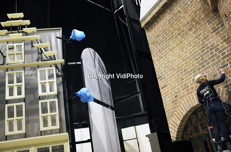 Foto: VidiPhoto<br /> <br /> ARNHEM - In het Nederlands Openluchtmuseum in Arnhem worden dinsdag de contouren zichtbaar van de Canon van Nederland, die deze zomer gereed moet zijn. De Canon van Nederland is een overzicht van 50 belangrijke historische gebeurtenissen, personen, teksten, kunstwerken en voorwerpen uit de geschiedenis van Nederland. De Canon zou oorspronkelijk het belangrijkste onderdeel vormen van het Nationaal Historisch Museum, dat naast het Openluchtmuseum zou verrijzen. Staatssecretaris Halbe Zijlstra wilde echter geen 50 miljoen euro uittrekken voor het nieuwe museum in Arnhem en na het nodige gesteggel werden de plannen afgeblazen. Het oude entreegebouw van het Openluchtmuseum wordt op dit moment grondig verbouwd en een groot deel van de Canon zal daar te zien zijn in een soort tijdstunnel. Een ander onderdeel van de tentoonstelling vormt een grote filmzaal waar bezoekers op een vijftien meter groot scherm te zien krijgen hoe het Nederlandse landschap in de loop der eeuwen vorm gekregen heeft. De vijftig vensters worden zoveel mogelijk interactief in beeld gebracht. De verwachting is dat met de Canon het Openluchtmuseum doorgroeit naar zo'n 700.000 bezoekers per jaar.
