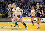 ROTTERDAM - Donja Zwinkels van MOP aan de bal  de  finale zaalhockey om het Nederlands kampioenschap tussen de  vrouwen  van Amsterdam en MOP.  Amsterdam wint met 3-2. ANP KOEN SUYK