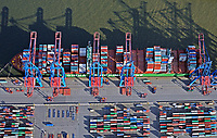Containerschiffe der China Shipping Line am Tollerort: EUROPA, DEUTSCHLAND, HAMBURG, (EUROPE, GERMANY), 30.10.2017: Containerschiffe der China Shipping Line am Tollerort