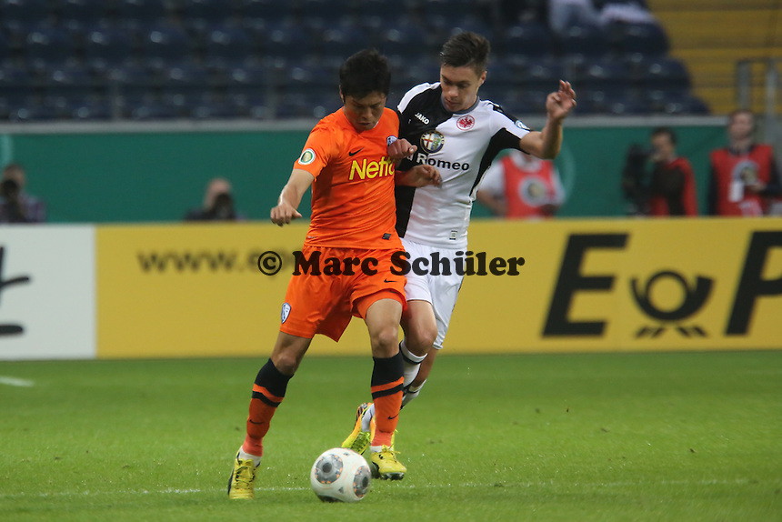 Yusuke Tanaka (Bochum) gegen Vaclav Kadlec (Eintracht) - Eintracht Frankfurt vs. VfL Bochum, Commerzbank Arena, 2. Runde DFB-Pokal