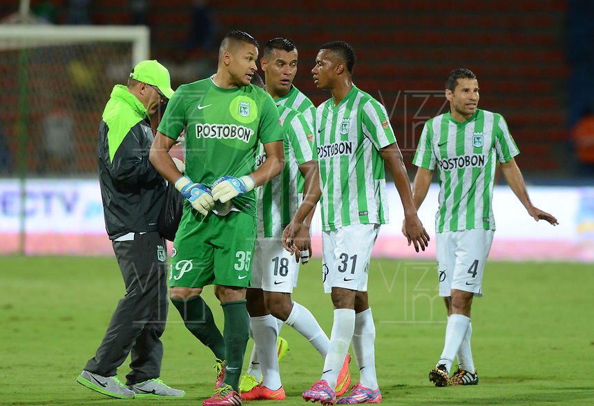MEDELLIN -COLOMBIA-26-OCTUBRE-2014. Luis Martinez  (Izq) guardameta de Atletico Nacional dialoga con su compa–ero de equipo Jonathan Copete .  durante partido de la 16 fecha contra Aguilas Pereira de La Liga Postobon jugado en el estadio Atanasio Girardot. / Luis Martinez (L) of Atletico Nacional keeper talks to teammate Jonathan Copete,  during the 16th date round match of La Liga Postobon played at the Atanasio Girardot  Stadium .  Photo: VizzorImage / Luis Rios / Stringer