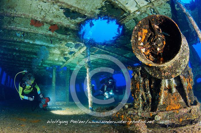 Schiffswrack MV Cominland und Taucher, Shipwreck MV Cominoland and Scuba Diver, Gozo, Malta, Sued Europa, Mittelmeer, Mare Mediterraneum, Sotuh Europe, Mediterranean Sea, MR Yes