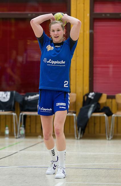 BENSHEIM, DEUTSCHLAND - MAERZ 15: 2. Spieltag in der Abstiegsrunde der Handball Bundesliga Frauen (HBF) in der Saison 2013/2014 zwischen dem Tabellenletzten HSG Bensheim/Auerbach (rot) und dem Tabellenersten der Abstiegsrunde, der HSG Blomberg-Lippe (blau) am 15. Maerz 2014 in der Weststadthalle Bensheim, Deutschland. Endstand 29:32. (16:15)<br /> (Photo by Dirk Markgraf/www.265-images.com) *** Local caption *** Kim Wahle (#2) von der HSG Blomberg-Lippe