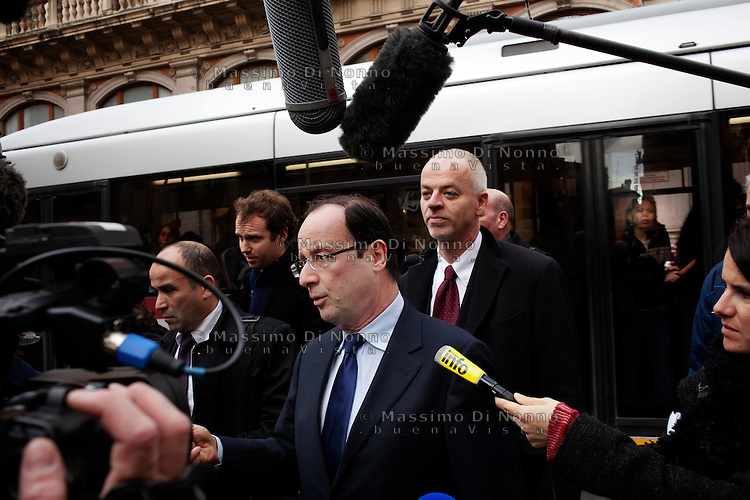Roma: Francois Hollande, candidato alle presidenziali francesi del 2012, per il Partito Socialista, in visita a Roma.. .Rome: Francois Hollande, candidate for the 2012 French presidential election, speaks to journalists as he walks in a street of Rome