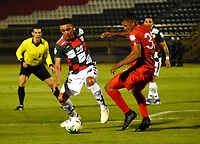 TUNJA-COLOMBIA, 29-01-2020: Juan Camilo Pérez de Boyacá Chicó F. C., y Martín Payares de Patriotas Boyacá F. C., disputan el balón durante partido entre Boyacá Chicó F. C. y Patriotas Boyacá F. C., de la fecha 2 por la Liga BetPlay DIMAYOR I 2020 en el estadio La Independencia en la ciudad de Tunja. / Juan Camilo Pérez of Boyacá Chicó F. C., and Martin Payares of Patriotas Boyacá F. C., figth the ball, during a match between Boyacá Chicó F. C. and Patriotas Boyacá F. C., of the 2nd date for the BetPlay DIMAYOR Leguaje I 2020 at La Independencia stadium in Tunja city. / Photo: VizzorImage / Edward Leguizamón / Cont.