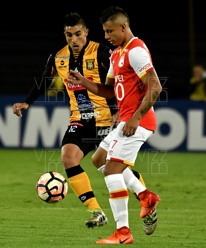 BOGOTA - COLOMBIA – 23 – 05 - 2017: Juan Roa (Der.) jugador de Independiente Santa Fe, disputa el balón con Agustin Jara (Izq.) jugador de The Strongest, durante partido entre Independiente Santa Fe de Colombia y The Strongest de Bolivia, de la fase de grupos, grupo 2, fecha 6 por la Copa Conmebol Libertadores Bridgestone 2017, en el estadio Nemesio Camacho El Campin, de la ciudad de Bogota. / Juan Roa (R) player of Independiente Santa Fe, fights for the ball with Agustin Jara (L) player of The Strongest during a match between Independiente Santa Fe of Colombia and The Strongest of Bolivia, of the group stage, group 2 of the date 6th, for the Conmebol Copa Libertadores Bridgestone 2017 at the Nemesio Camacho El Campin in Bogota city. VizzorImage / Luis Ramirez / Staff.