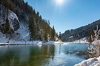Austria, Tyrol, near bei St. Ulrich am Pillersee: lake Wiesensee (Tyrol) at the foot of Loferer Steinberge mountains, cross-country ski run between St. Ulrich am Pillersee and Hochfilzen passes the lake | Oesterreich, Tirol, bei St. Ulrich am Pillersee: der Wiesensee (Tirol) ist ein kleiner Gebirgssee am Fusse der Loferer Steinberge zwischen dem Pillersee und Hochfilzen gelegen, die Langlaufloipe zwischen den Orten St. Ulrich am Pillersee und Hochfilzen fuehrt direkt am See entlang