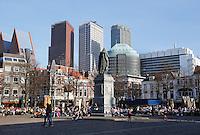 Het Plein in Den Haag. Mensen zitten op terrassen