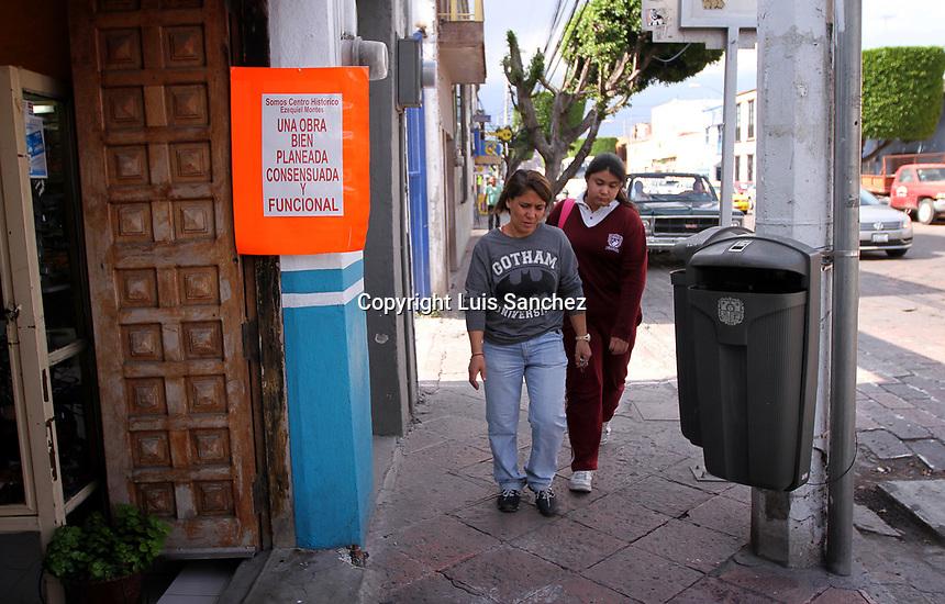 Querétaro, Qro. 15 de marzo de 2017.- Comerciantes de la calle Ezequiel Montes en el Centro Histórico, colocaron algunos carteles en los cuales manifiestan y exigen a las autoridades que la obra programada para dicha calle se lleve a cabo de manera rápida y eficaz con el fin de que no se vean afectados sus comercios.