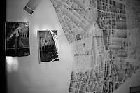 C'est une carte des différents quartiers de Nusaybin suspendue dans le bureau d'un des responsables d'ilôt de la municipalité. Il fait parti des trois hommes sur la photo qui, pendant la guerre civile, se sont interposés ensemble, entre l'armée et la guérilla, en se tenant debout devant un char. Il est très respecté.<br /> <br /> This is a map of different districts of Nusaybin hanging in the office of one of the neighborhood municipality official. He is one of the three men in the picture. During the civil war, all are interposed between the army and the guerrillas, while standing in front of a tank. He is highly respected.