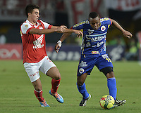 BOGOTÁ -COLOMBIA, 01-04-2014. Dario Rodríguez (Izq) de Independiente Santa Fe disputa el balón con Luis Carlos Murillo (Der) del Deportivo Pasto durante partido por la fecha 14 por la Liga Postobón  I 2014 jugado en el estadio Nemesio Camacho el Campín de la ciudad de Bogotá./ Independiente Santa Fe player Dario Rodriguez (L) fights for the ball with Deportivo Pasto player Luis Carlos Murillo (R) during match for the 14th date for the Postobon  League I 2014 played at Nemesio Camacho El Campin stadium in Bogotá city. Photo: VizzorImage/ Gabriel Aponte / Staff