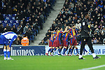 Espanyol 1 - Barcelona 5 Espanyol: Kameni; Chica (Amat, min.64), Forlín, Víctor Ruiz, Dídac (David García, min.81), Baena, Javi Márquez, Luis García (Dátolo, min.62), Verdú, Callejón y Osvaldo.........Barcelona: Valdés, Alvés, Piqué, Puyol, Abidal, Sergio Busquets (Mascherano, min.79), Xavi, Iniesta (Keita, min.86), Pedro (Bojan, min.87), Messi y Villa.........Goles: 0-1: Pedro, min.19. 0-2: Xavi, min.30. 0-3: Pedro, min.60. 1-3: Osvaldo, min.63. 1-4: Villa: min.75. 1-5: Villa, min.84.........Árbitro: Undiano Mallenco (Colegio navarro). Mostró tarjeta amarilla a Sergio Busquets (min.26), Baena (min.36), Osvaldo (min.37), Javi Márquez (min.41), Piqué (min.54), Víctor Ruiz (min.67), Alves (min.70).........Incidencias: Partido de la decimosexta jornada disputado en el Estadio de Cornellà-El Prat ante 40.010 espectadores. Antes del inicio del encuentro, la afición blanquiazul brindó una cálida ovación al azulgrana Andrés Iniesta, por homenajear al malogrado defensa españolista Dani Járquez en la final del Mundial...