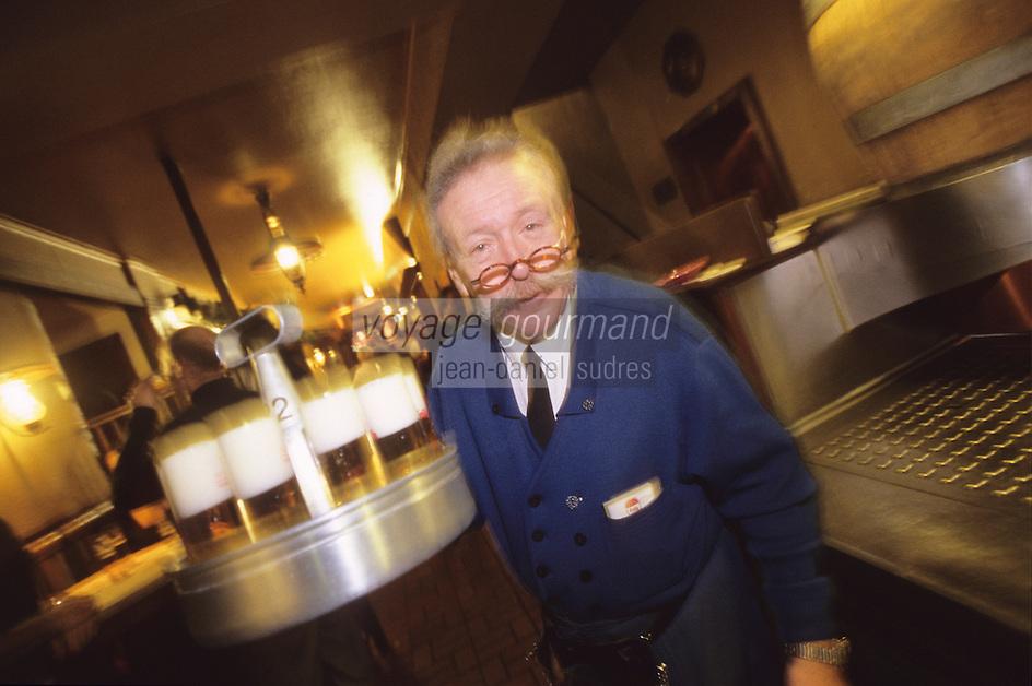 """Europe/Allemagne/Rhénanie du Nord-Westphalie/Cologne: Service de la bière locale la fameuse """"Kolsch"""" à la Brasserie """"Früh am Dom"""" [Non destiné à un usage publicitaire - Not intended for an advertising use]"""