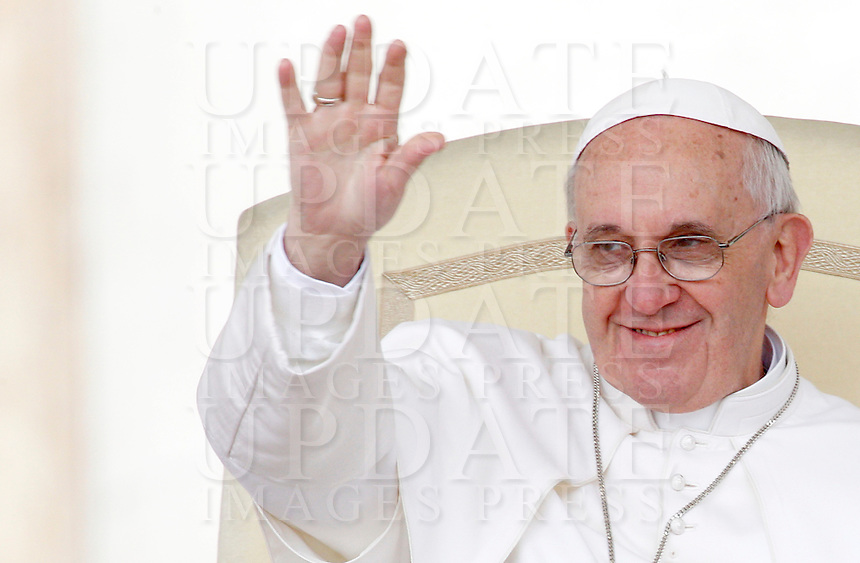 Papa Francesco durante l'udienza generale del mercoledi' in Piazza San Pietro, Citta' del Vaticano, 3 aprile 2013..Pope Francis waves during his weekly general audience in St. Peter's square at the Vatican, 3 April 2013..UPDATE IMAGES PRESS/Riccardo De Luca..STRICTLY ONLY FOR EDITORIAL USE