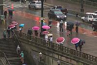 SÃO PAULO, SP - 26.04.2017: CLIMA-SP - Pedestres se protegem de garoa no Viaduto do Chá na região central de São Paulo nesta quarta-feira, 26. (Foto: Danilo Fernandes/Brazil Photo Press)