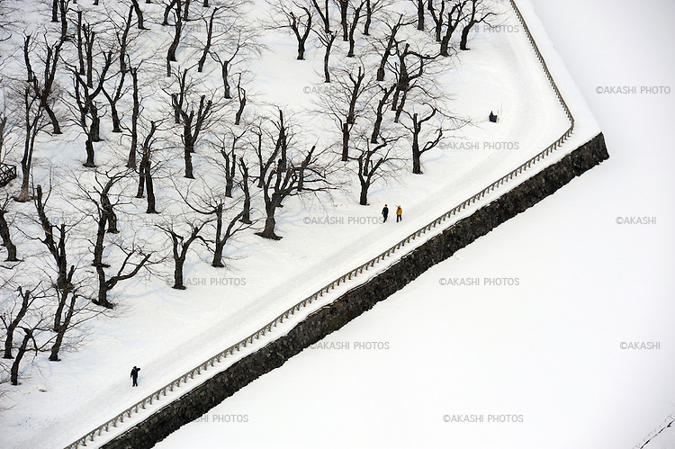 People take a walk around Fort Goryokaku park covered with snow. <br />