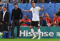 FUSSBALL EURO 2016 VIERTELFINALE IN BORDEAUX Deutschland - Italien      02.07.2016 Trainer Joachim Loew (li) und Mesut Oezil (re, Deutschland) nach dem Tor zum zwischenzeitlichen 1:0
