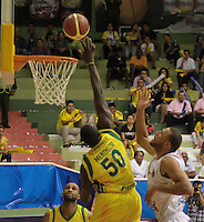 BUCARAMANGA -COLOMBIA, 11-06-2013. Jairo Mendoza (I) de Bambuqueros trata de anotar en contra de John Hernández (D) de Búcaros durante el juego 4 de la final en la Liga DirecTV de baloncesto Profesional de Colombia realizado en el Coliseo Vicente Díaz Romero de Bucaramanga./ Jairo Mendoza (L) of Bambuqueros tries to score against  John Hernandez (R) of Bucaros during the game 4 of the final on DirecTV professional basketball League in Colombia at Vicente Diaz Romero coliseum in Bucaramanga. Photo: VizzorImage / Jaime Moreno / STR