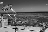 Les toits de la vieille ville de Mardin dominent la plaine mésopotamienne. Au loin, à 30km, la Syrie.