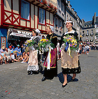 France, Brittany, Départements Finistère, Quimper: Cornouaille Festival - girls in traditional dress | Frankreich, Bretagne, Département Finistère, Quimper: Cornouaille-Fest, junge Frauen in traditioneller Tracht
