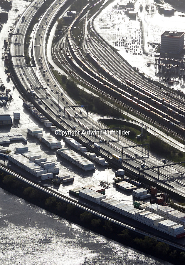 Verkehrswege im Hamburger Hafen: EUROPA, DEUTSCHLAND, HAMBURG 28.11.2015: Verkehrswege im Hamburger Hafen