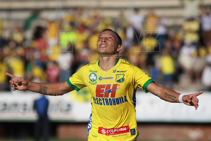 NEIVA - COLOMBIA, 18-11-2017: Andres Correa jugador de Atlético Huila celebra después de anotar un gol a Tigres FC por la fecha 20 de la Liga Águila II 2017 jugado en el estadio Guillermo Plazas Alcid de la ciudad de Neiva. / Andres Correa player of Atletico Huila celebrates after scoring a goal to Tigres FC during match valid for the date 20 of the Aguila League II 2017 played at Guillermo Plazas Alcid in Neiva city. VizzorImage / Sergio Reyes / Cont