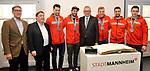 v.l. Michael Groetsch, Lothar Quast, Mannheims Sinan Akdag (Nr.7), Mannheims Matthias Plachta (Nr.22), OB Peter Kurz, Mannheims David Wolf (Nr.89), Mannheims Dennis Endras (Nr.44) und Mannheims Marcel Goc (Nr.23)  beim Empfang bei der Stadt Mannheim fuer die Spieler, der olympischen Silbermedaillen Gewinner von den Adlern Mannheim.<br /> <br /> Foto &copy; PIX-Sportfotos *** Foto ist honorarpflichtig! *** Auf Anfrage in hoeherer Qualitaet/Aufloesung. Belegexemplar erbeten. Veroeffentlichung ausschliesslich fuer journalistisch-publizistische Zwecke. For editorial use only.