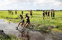 Nederland Westzaan 2016. Jaarlijke Prutrace door de modderige slootjes. Foto Berlinda van Dam / Hollandse Hoogte