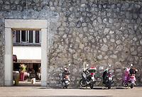 France, Provence-Alpes-Côte d'Azur, Antibes: motor scooter parking at town wall | Frankreich, Provence-Alpes-Côte d'Azur, Antibes: parkende Motorroller an der Stadtmauer