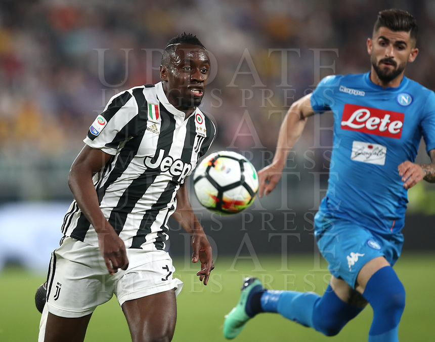 Calcio, Serie A: Juventus - Napoli, Torino, Allianz Stadium, 22 aprile, 2018.<br /> Juventus' Blaise Matuidi (i) in action with Napoli's Elseid Hysaj (r) during the Italian Serie A football match between Juventus and Napoli at Torino's Allianz stadium, April 22, 2018.<br /> UPDATE IMAGES PRESS/Isabella Bonotto