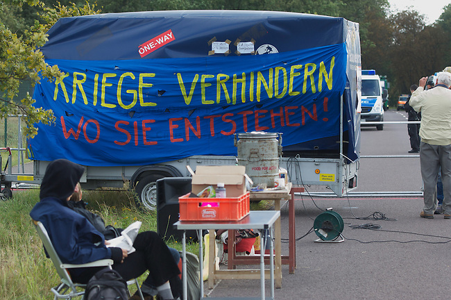 Protest gegen Gefechtsuebungszentrum der Bundeswehr in Letzlingen, Sachsen-Anhalt.<br /> Etwa 150 Menschen protestierten am Samstag den 15. September 2012 gegen das Gefechtsuebungszentrum der Bundeswehr  (GUeZ) in Letzlingen. Sie protestierten vor dem Zugang zum GUeZ und zogen mit einer Spontandemonstration ueber die nahegelegene Bundesstrasse. Die Spontandemonstration wurde von der Polizei gestoppt und die Teilnehmer wurden festgesetzt. Nach Aufnahme der Personalien erhielten sie einen Platzverweis.<br /> Im Bild: Kundgebung vor dem GUeZ.<br /> 15.9.2012, Berlin<br /> Copyright: Christian-Ditsch.de<br /> [Inhaltsveraendernde Manipulation des Fotos nur nach ausdruecklicher Genehmigung des Fotografen. Vereinbarungen ueber Abtretung von Persoenlichkeitsrechten/Model Release der abgebildeten Person/Personen liegen nicht vor. NO MODEL RELEASE! Nur fuer Redaktionelle Zwecke. Don't publish without copyright Christian-Ditsch.de, Veroeffentlichung nur mit Fotografennennung, sowie gegen Honorar, MwSt. und Beleg. Konto: I N G - D i B a, IBAN DE58500105175400192269, BIC INGDDEFFXXX, Kontakt: post@christian-ditsch.de<br /> Bei der Bearbeitung der Dateiinformationen darf die Urheberkennzeichnung in den EXIF- und  IPTC-Daten nicht entfernt werden, diese sind in digitalen Medien nach &sect;95c UrhG rechtlich geschuetzt. Der Urhebervermerk wird gemaess &sect;13 UrhG verlangt.]