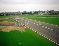 Mei 1995. Stampe en Vertongen dubbeldekvliegtuigen op de startbaan van het vliegveld van Deurne.