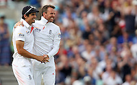 Graeme Swann of England is congratulated by Alastair Cook after taking the wicket of Mitchell Starc - England vs Australia - 2nd day of the 5th Investec Ashes Test match at The Kia Oval, London - 22/08/13 - MANDATORY CREDIT: Rob Newell/TGSPHOTO - Self billing applies where appropriate - 0845 094 6026 - contact@tgsphoto.co.uk - NO UNPAID USE