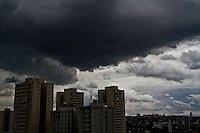 ATENCAO EDITOR IMAGEM EMBARGADA PARA VEICULOS INTERNACIONAIS - SAO PAULO, SP, 14 DE JANEIRO DE 2013, CLIMA TEMPO. Nuvens carregadas na cidade de Sao Paulo na regiao do Jardim Marajoara, zona sul, no comeco de tarde desta segunda feira. FOTO ANDREIA TAKAISHI BRAZIL PHOTO PRESS.