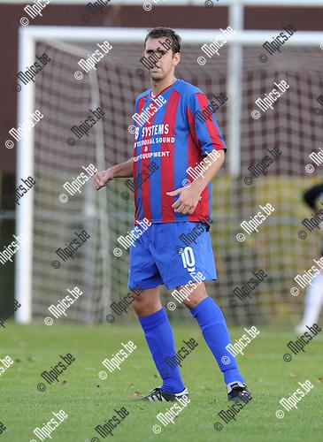 2010-10-31 / Voetbal / seizoen 2010-2011 / SK Rapid Leest - Wuustwezel FC / Dennis Moerenhout..Foto: Mpics