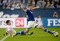 FUSSBALL   1. BUNDESLIGA   SAISON 2013/2014   8. SPIELTAG FC Schalke 04 - FC Augsburg                                05.10.2013 Adam Szalai (vorn, FC Schalke 04) erzielt das Tor zum 3:1. Jeong-Ho Hong (FC Augsburg) kommt zu spaet