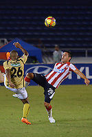 BARRANQUILLA - COLOMBIA -06-02-2014: Jorge Aguirre (Der.) jugador de Atletico Junior disputan el balón con Fabio Rodriguez (Izq.) jugador del Itagúi  durante partido de la tercera fecha de la Liga Postobon I 2014, jugado en el estadio Metropolitano Roberto Melendez de la ciudad de Barranquilla. / Jorge Aguirre (R)  player of Atletico Junior vies for the ball with Fabio Rodriguez (L) player of Itagúi during a match for the third date of the Liga Postobon I 2014 at the Metropolitano Roberto Melendez Stadium in Barranquilla city. Photo: VizzorImage  / Alfonso Cervantes / Str.