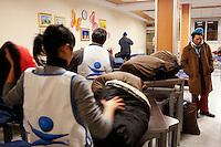 Milano: volontari del progetto Arca a lavoro in un centro messo a disposizione dal comune di Milano per ospitare i senza tetto durante i giorni di grande freddo.