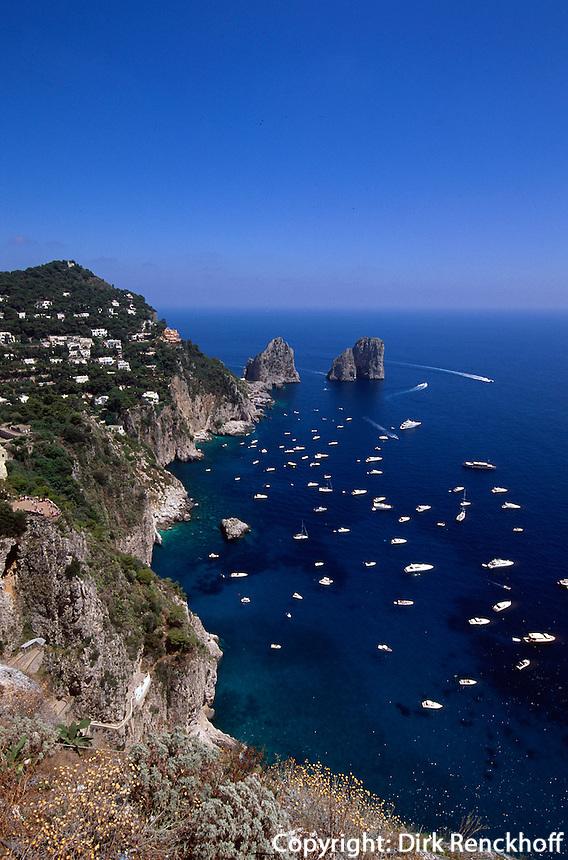 Italien, Capri, Blick von Belvedere Punta Cannone auf Faraglioni-Felsen