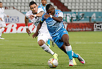 MANIZALES - COLOMBIA, 16-08-2015: Freddy Salazar (Izq) de Once Caldas disputa el balón con William Palacios (Der) del Jaguares FC durante partido válido por la fecha 6 de la Liga Águila II 2015 jugado en el estadio Palogrande de la ciudad de Manizales. / Freddy Salazar (L) player of Once Caldas fights for the ball with Jaguares FC  player William Palacios (R) during match valid for the 6th date of the Aguila League II 2015 played at Palogrande stadium in Manizales city. Photo: VizzorImage / Santiago Osorio /