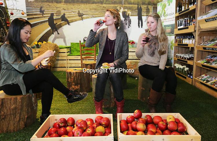 Foto: VidiPhoto..NIJMEGEN - Tegenover het Centraal Station in Nijmegen is donderdag het Verslokaal van de regionale telers en boeren Oregionaal geopend. De verse producten komen uit de regio Nijmegen, Arnhem en Kleef. Het gaat hier om een zogenoemde pop-up store, een tijdelijke winkel. Oregionaal wil treinreizigers tegen betaling voorzien van een broodje, fruit, smoothies en andere producten uit de regio..