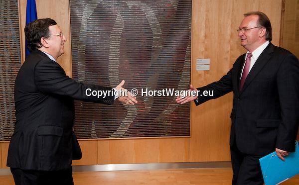 Bruessel-Belgien - 19. Juni 2013 -- Dr. Reiner HASELOFF (re), Ministerpraesident von Sachsen-Anhalt zu politischen Gespraechen in Bruessel; hier, im 'Berlaymont' - Sitz der Europaeischen Kommission mit José Manuel BARROSO (li) Praesident der EU-Kommission -- Photo: © HorstWagner.eu