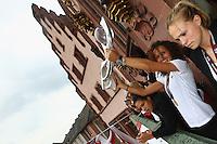 FRANKFURT, ALEMANHA, 29.07.2013 - CELEBRAÇÃO EURO FEMININA 2013 - Fatmire Bajramaj (C) celebra a conquista da Euro 2013 de Futebol Feminino na região central de Frankfurt na Alemanha nesta segunda-feira, 29. (Foto: Pixathlon / Brazil Photo Press).