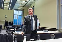 """6. Sitzung des 2. Untersuchungsausschusses <br /> der 18. Wahlperiode des Berliner Abgeordnetenhaus - """"BER II"""" - am Freitag den 23. November 2018.<br /> Der Ausschuss soll die Ursachen, Konsequenzen und Verantwortung fuer die Kosten- und Terminueberschreitungen des im Bau befindlichen Flughafens """"Berlin Brandenburg Willy Brandt"""" aufklaeren.<br /> Als oeffentlicher Tagesordnungspunkt war die Beweiserhebung durch Vernehmung des Zeugen Hartmut Mehdorn vorgesehen. Mehdorn war Chef der Flughafengesellschaft Berlin Brandenburg, FBB.<br /> Im Bild: <br /> 23.11.2018, Berlin<br /> Copyright: Christian-Ditsch.de<br /> [Inhaltsveraendernde Manipulation des Fotos nur nach ausdruecklicher Genehmigung des Fotografen. Vereinbarungen ueber Abtretung von Persoenlichkeitsrechten/Model Release der abgebildeten Person/Personen liegen nicht vor. NO MODEL RELEASE! Nur fuer Redaktionelle Zwecke. Don't publish without copyright Christian-Ditsch.de, Veroeffentlichung nur mit Fotografennennung, sowie gegen Honorar, MwSt. und Beleg. Konto: I N G - D i B a, IBAN DE58500105175400192269, BIC INGDDEFFXXX, Kontakt: post@christian-ditsch.de<br /> Bei der Bearbeitung der Dateiinformationen darf die Urheberkennzeichnung in den EXIF- und  IPTC-Daten nicht entfernt werden, diese sind in digitalen Medien nach §95c UrhG rechtlich geschuetzt. Der Urhebervermerk wird gemaess §13 UrhG verlangt.]"""