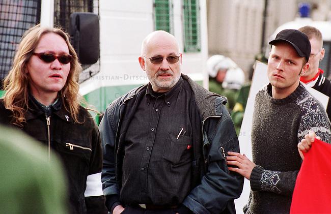 Etwa 1.200 Neonazis und Skinheads versammelten sich in Berlin zu einer Demonstration unter dem Motto: &quot;Meinungsfreiheit statt Verbote&quot;. Aufgerufen hatte eine sogenannte &quot;Kameradschaft Germania Berlin&quot;.<br /> Hier: Bildmitte der Rechtsanwalt und ehemalige RAF-Terrorist Horst Mahler. Links von ihm der Neonazi Meinhard Otto Elbing aus Nordrhein-Westphalen.<br /> 4.11.2000, Berlin<br /> Copyright: Christian-Ditsch.de<br /> [Inhaltsveraendernde Manipulation des Fotos nur nach ausdruecklicher Genehmigung des Fotografen. Vereinbarungen ueber Abtretung von Persoenlichkeitsrechten/Model Release der abgebildeten Person/Personen liegen nicht vor. NO MODEL RELEASE! Nur fuer Redaktionelle Zwecke. Don't publish without copyright Christian-Ditsch.de, Veroeffentlichung nur mit Fotografennennung, sowie gegen Honorar, MwSt. und Beleg. Konto: I N G - D i B a, IBAN DE58500105175400192269, BIC INGDDEFFXXX, Kontakt: post@christian-ditsch.de<br /> Bei der Bearbeitung der Dateiinformationen darf die Urheberkennzeichnung in den EXIF- und  IPTC-Daten nicht entfernt werden, diese sind in digitalen Medien nach &sect;95c UrhG rechtlich gesch&uuml;tzt. Der Urhebervermerk wird gemaess &sect;13 UrhG verlangt.]